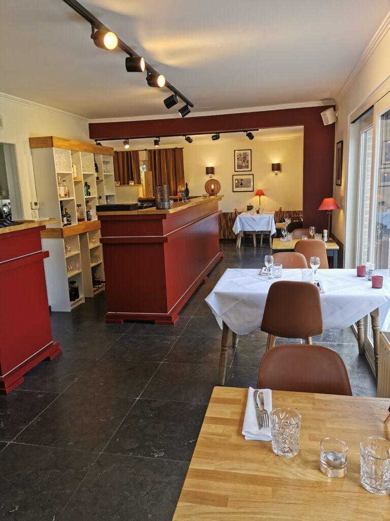 Intérieur-restaurant-rouge-grenat